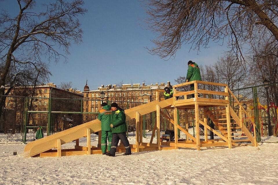 Коммунальщики заменили снежную горку вОвсянниковском саду надеревянную