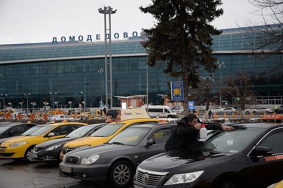 ВДомодедово сел самолет слопнувшим колесом
