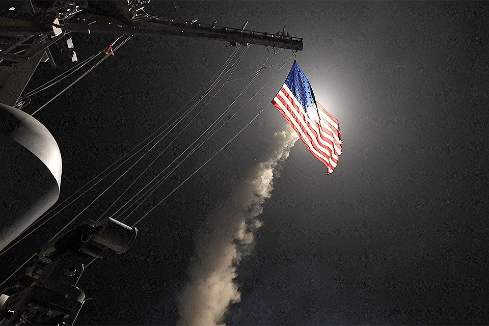 скринсейвер с фотографией на фоне развевающегося флаг