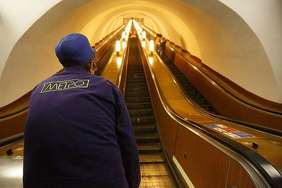 Впетербургском метрополитене пояснили, почему поручни едут скорее ступеней