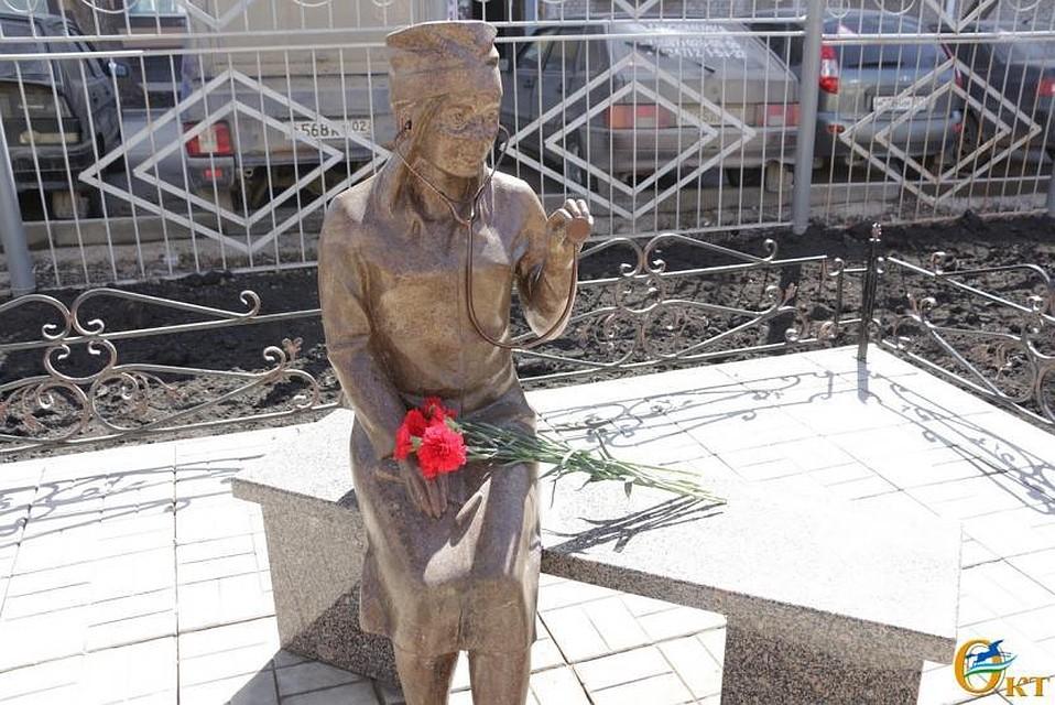 НаКомсомольской вУфе установили арт-объект мед. работнику