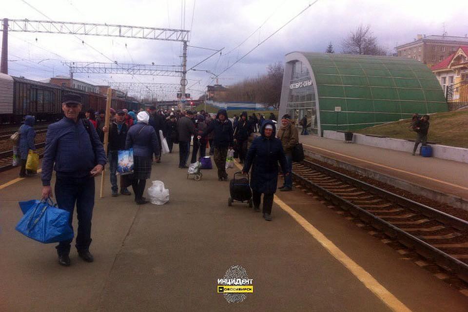 ВНовосибирске пассажиров электрички эвакуировали из-за коробки скотятами