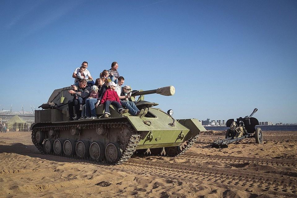 Свидетели  орали  отиспуга: вПитере танк Т-60 наехал налюдей