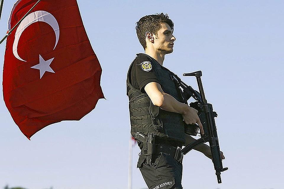 Полиция Стамбула арестовала 150 турецких военных засвязи сГюленом