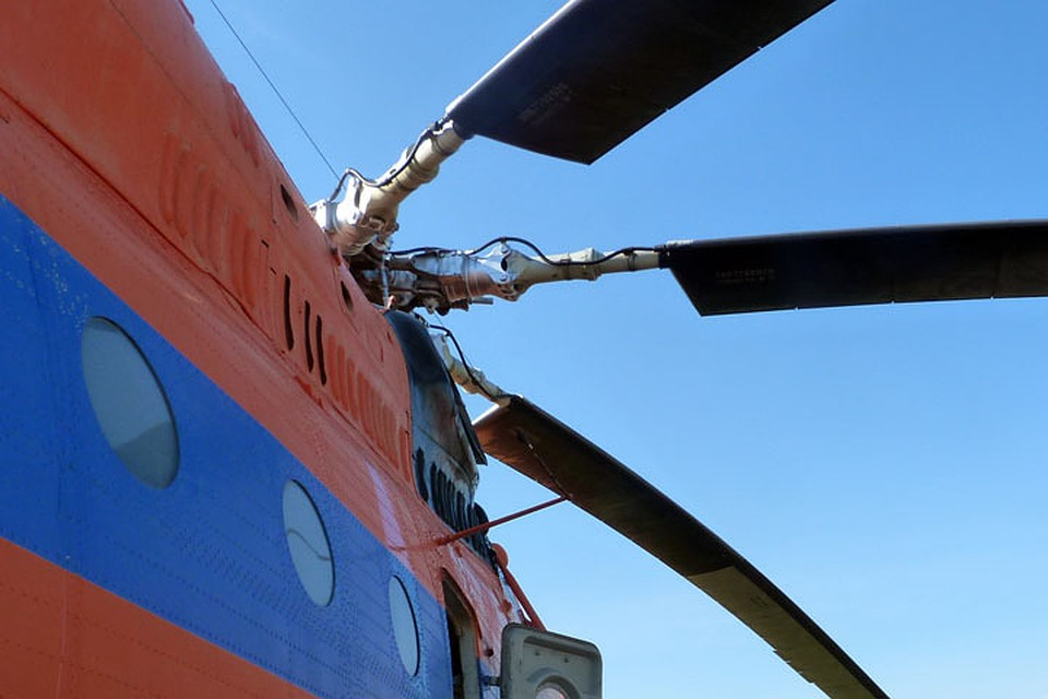 Вертолет Ми-2 совершил жесткую посадку на дорогу  вЮгре