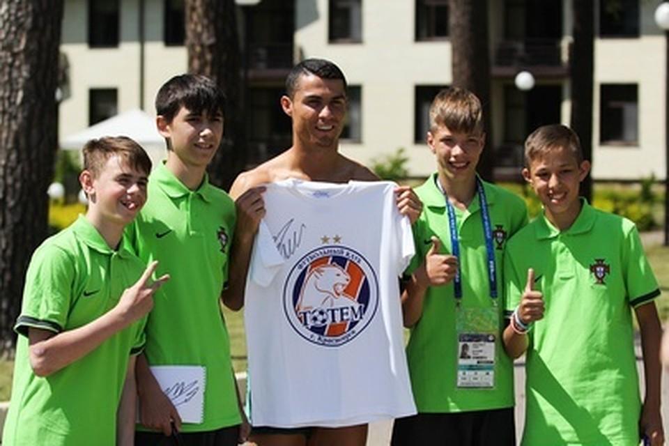 Криштиану Роналду примерил футболку красноярского клуба «Тотем»