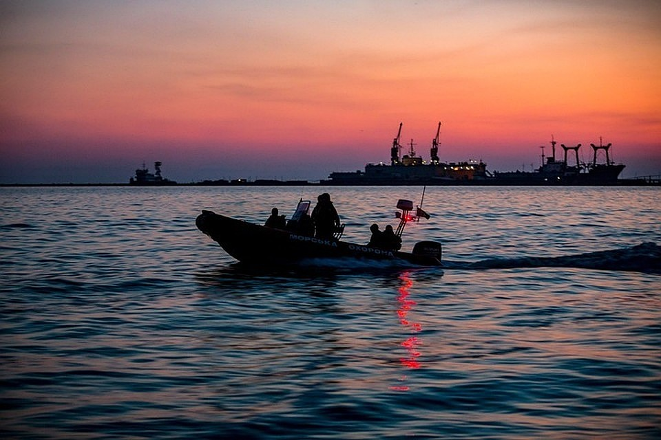 Русские  таможенники  спасли стонущего сухогруза семь украинских моряков