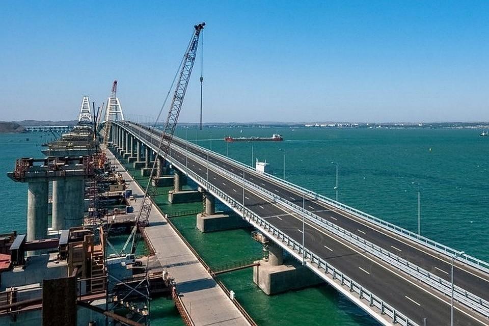 Съехавший вморе пролет Крымского моста подняли фрагментами