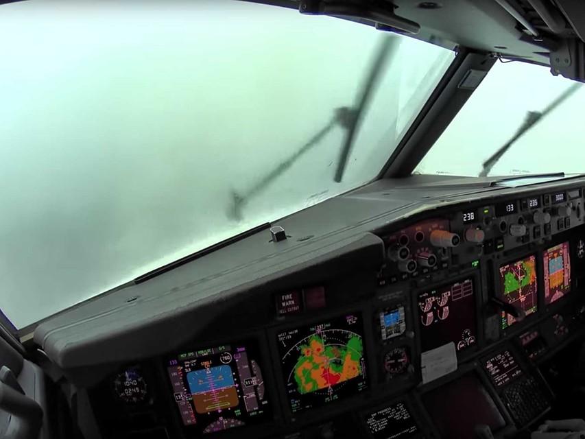 Появилось видео посадки вовремя турбулентности изкабины самолета