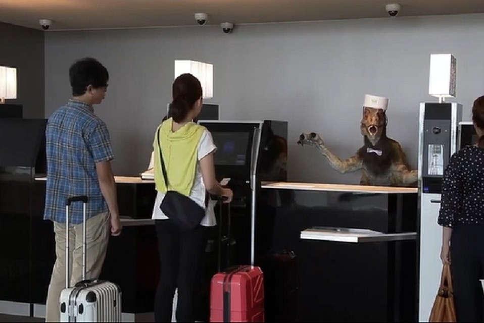 Руководство отеля с роботами признало их неэффективность