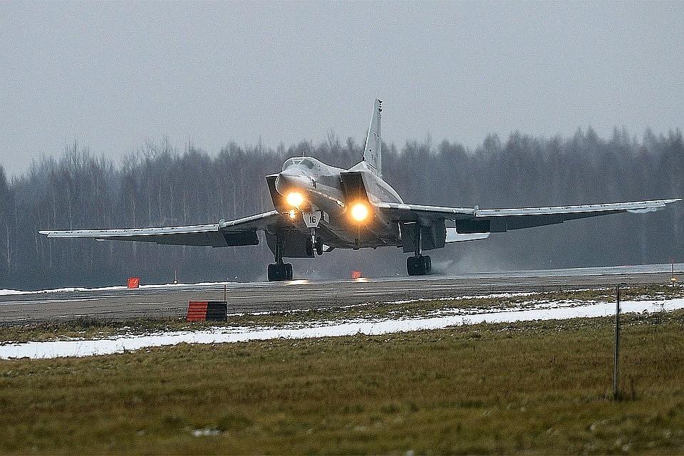 Разломился пополам ивзорвался: крушение российского бомбардировщика попало навидео