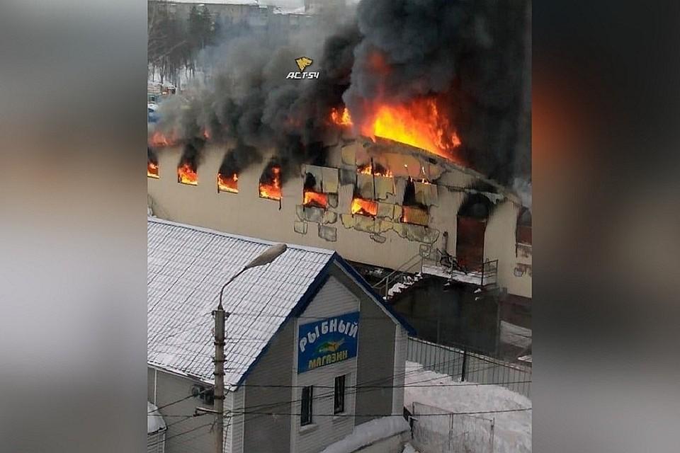 ВНовосибирской области полыхает  рынок наплощади 3000 «квадратов»— Дым донеба