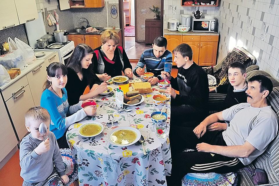 В приемной семье Соловьевых все вместе собираются только за обеденным столом. Потому что в остальное время слишком много работы (трудовой график - на фото ниже).