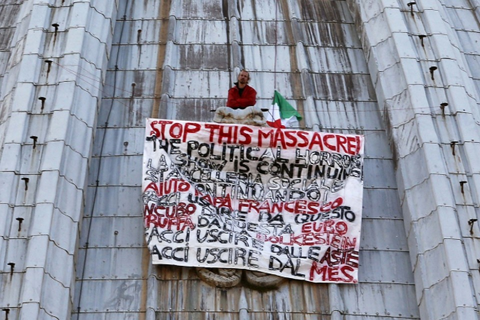 Итальянский предприниматель забрался на  купол собора Святого Петра