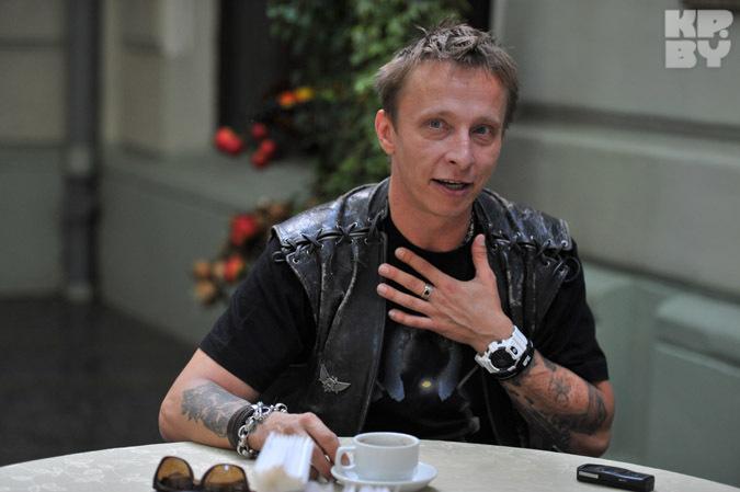 В жизни актер выглядит как нормальный такой рок-музыкант.