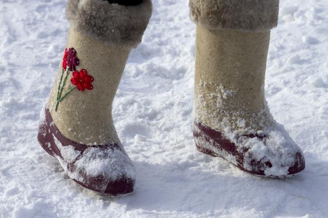 Валенки с галошами - единственная подходящая обувь для зимы с реагентом