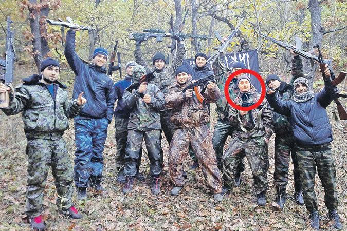 Спецслужбы все чаще выявляют среди террористов славян, переметнувшихся в радикальный ислам. На фото, например, буйнакская бандгруппа. Третий справа - русский паренек из Белгорода Алексей Пашенцев - дослужился здесь до «амира».