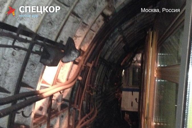 По предварительным данным, упало напряжение, в результате чего сработала сигнализация в метро