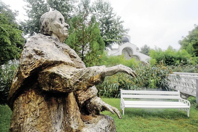 Этот памятник был установлен в Рупите в 2011 году к столетию провидицы. Вес изваяния - 400 кг.