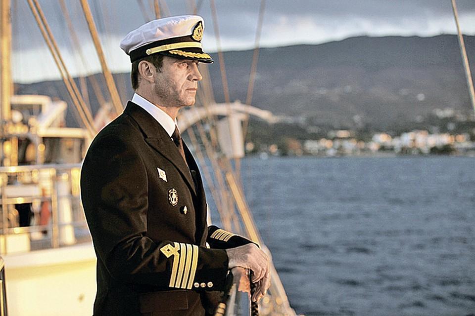 Капитан «Бегущей по волнам» Дмитрий Певцов держит курс на спасение. </br>Фото: канал СТС.