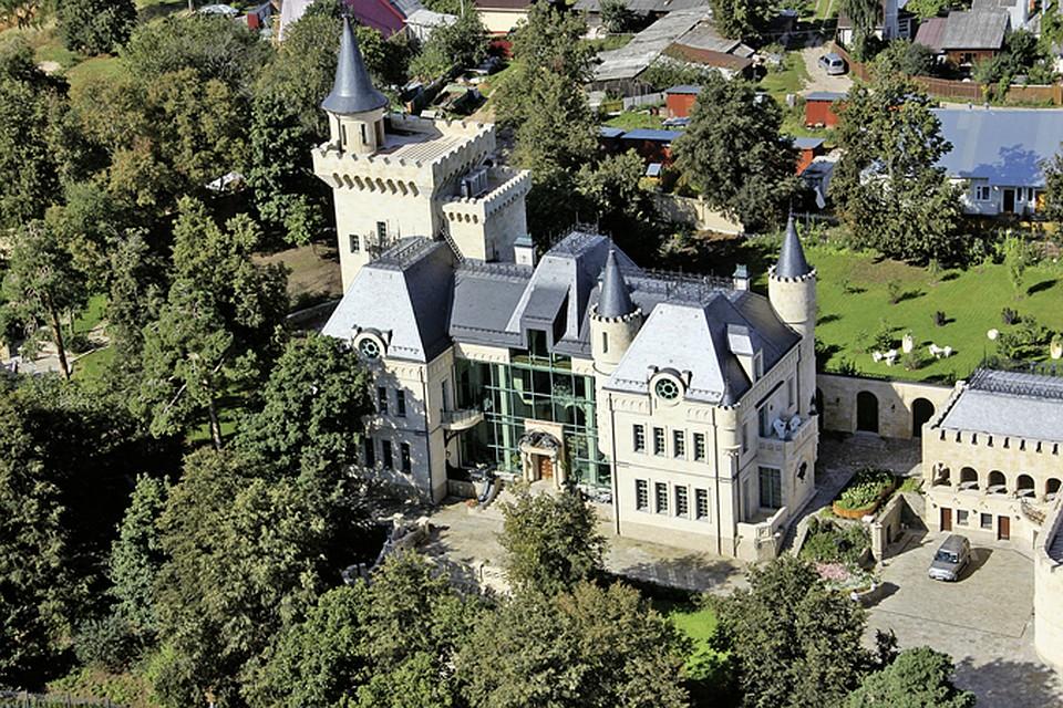 Максим Галкин с детства мечтал жить в настоящем замке. Вот и построил его себе в деревне Грязь.