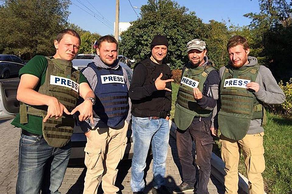 Захар Прилепин в окружении российских журналистов