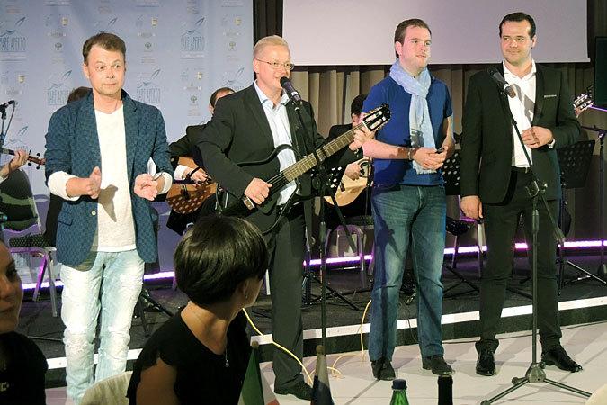 Мацкявичюс тоже любит петь, особенно собственные песни