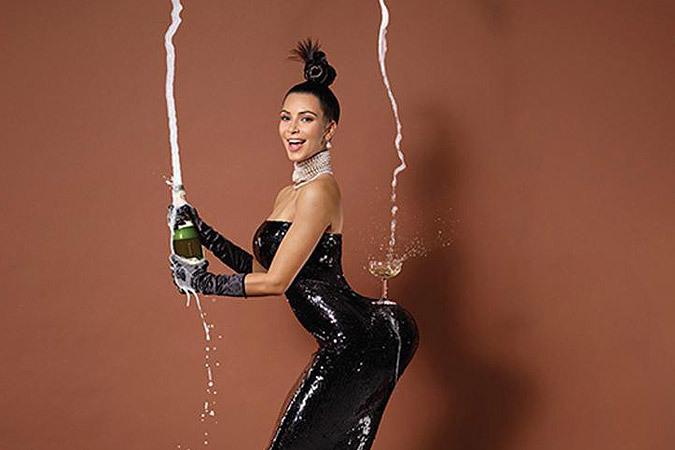 Ким Кардашьян - не первая, кому пришло в голову прорекламировать свое главное достоинство, установив на нем бокал с шампанским.