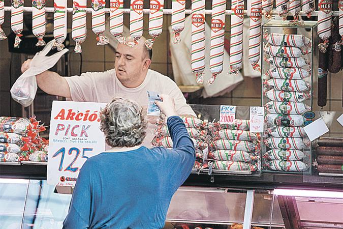 Таких маленьких лавочек, где продают исконно венгерские продукты, уже почти не осталось в крупных городах. Их вытеснили западные супермаркеты.