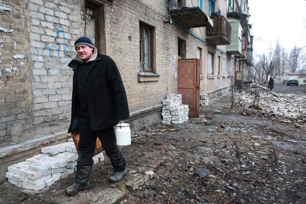 Валерий с семьей был дома, когда началась бомбежка. Верхнего этажа теперь нет. Фото: Нигина БЕРОЕВА