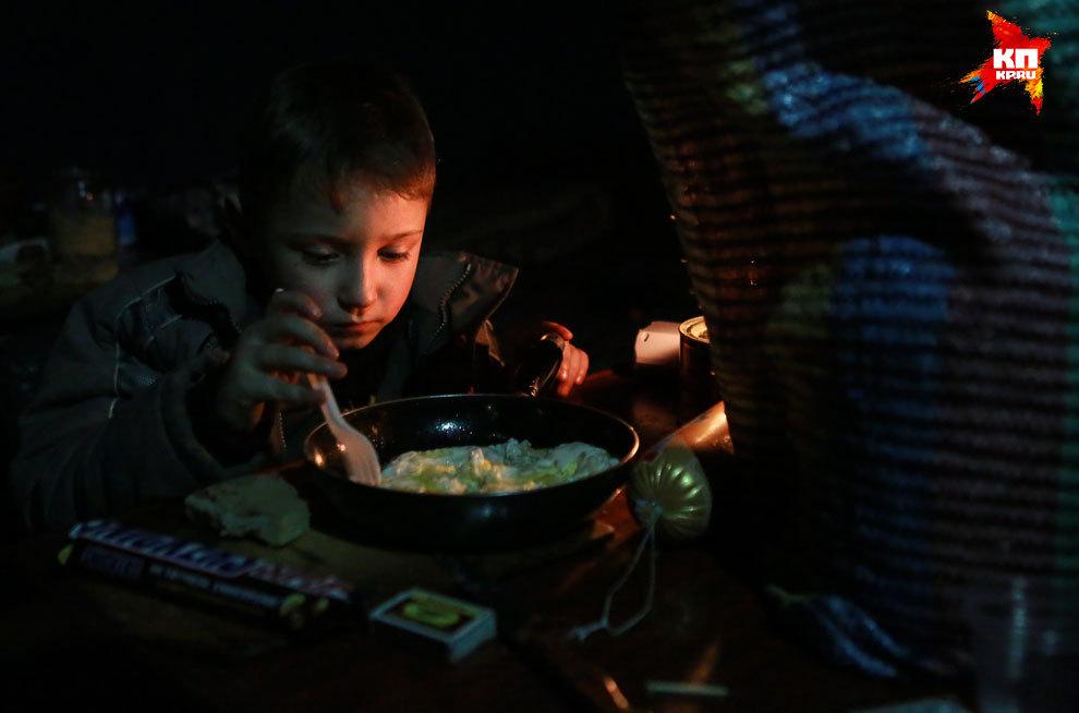 В подвалах нет света и отопления. Помещения греют с помощью буржуек. Фото: Нигина БЕРОЕВА