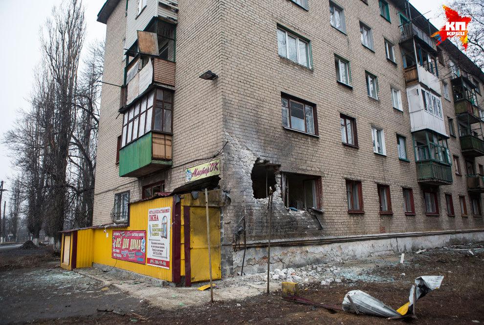 Но чтобы привести город в порядок, нужны миллиарды (!) которых нет. Обстрелы повредили 80% строений Дебальцево. Фото: Нигина БЕРОЕВА