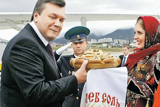 Янукович пытался откусить кусок от российского пирога, но при этом поглядывал на Запад. Парадоксально, но позиция «и нашим и вашим» помогала сохранять целостность Украины. Фото: УНИАН
