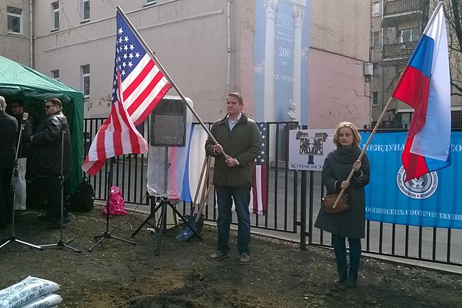 Простые американцы замечательно относятся к русским. Но не они определяют политику своей страны