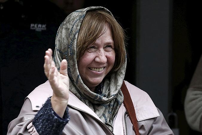 К тому же подтаскивает и литературная Нобелевка украинской писательнице с белорусским паспортом Светлане Алексиевич, данная не за что еще, а за оголтелую русофобию