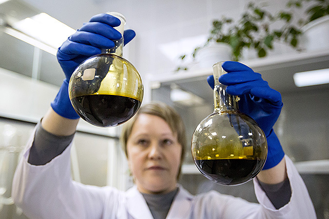 Цены на нефть рухнули ниже 33 долларов за баррель, вслед за «черным золотом» дешевеет рубль