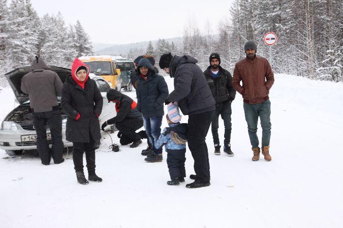 Беженцам, которые скопились у КПП возле Алакуртти, приходится очень нелегко из-за сильных морозов.