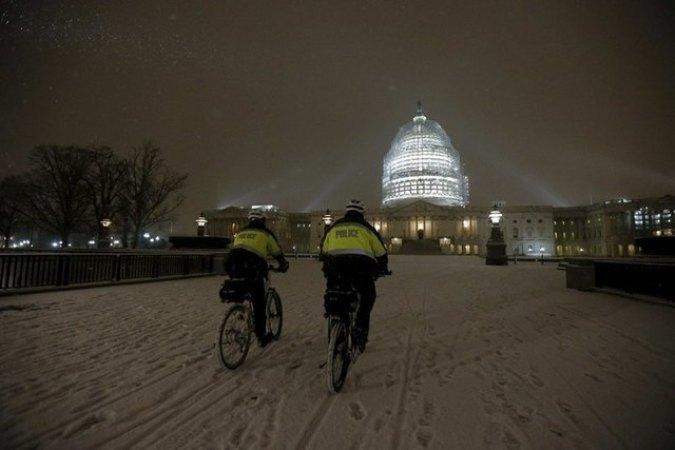Полицейские Вашингтона патрулируют заснеженные улицы на велосипедах