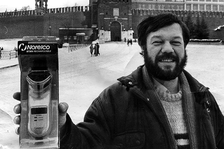 Александр Гамов у Спасских ворот Кремля с подарком для Бориса Ельцина. 1 февраля 1994 года
