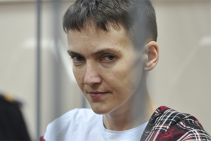 Надежда Савченко в помещении суда.