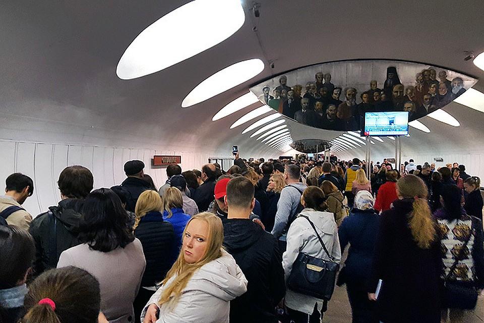На'серой линии московского метро сбой поезда идут с интервалами
