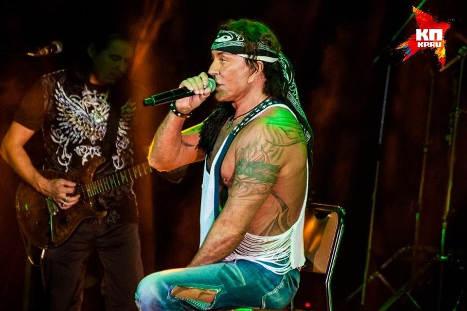 Откровенный наряд артиста позволил зрителям полюбоваться многочисленными татуировками певца.