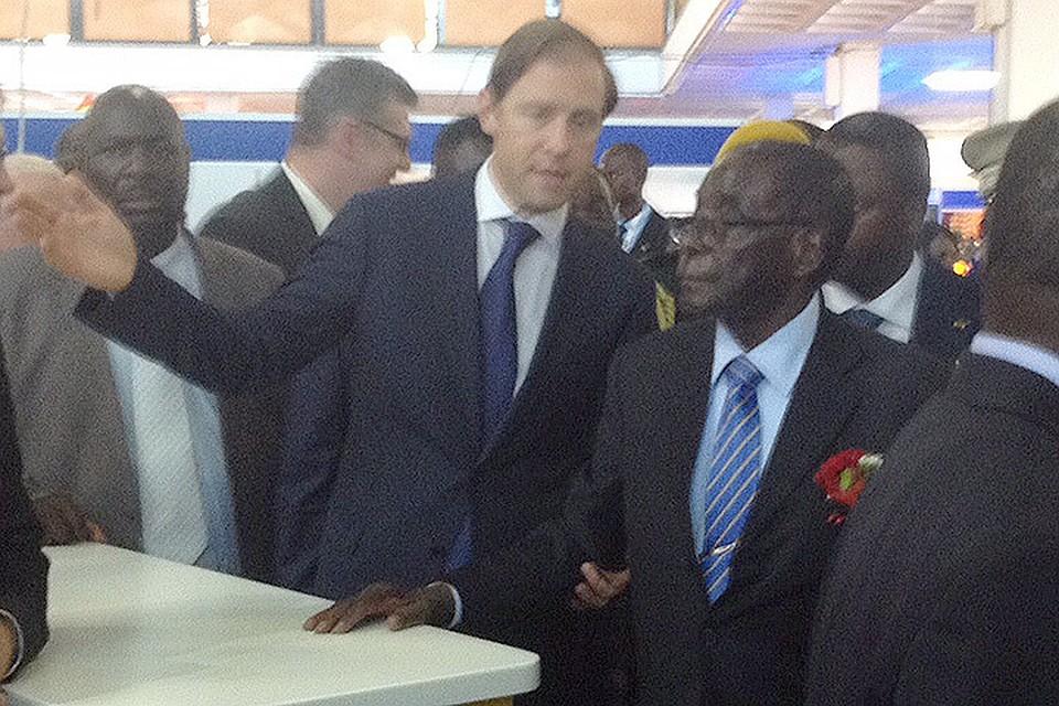 Министр промышленности и торговли Денис Мантуров показывает президенту Зимбабве Роберту Мугабе российский павильон на международной выс