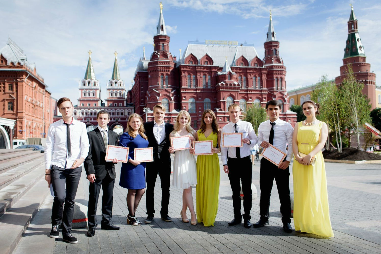 Стипендиаты - фото на память на фоне Красной площади. Фото: Виктор МОЛОДЦОВ