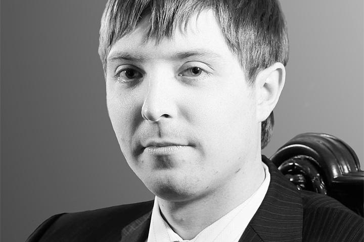 Владельцем квартиры на третьем этаже является Олег Колотилов.