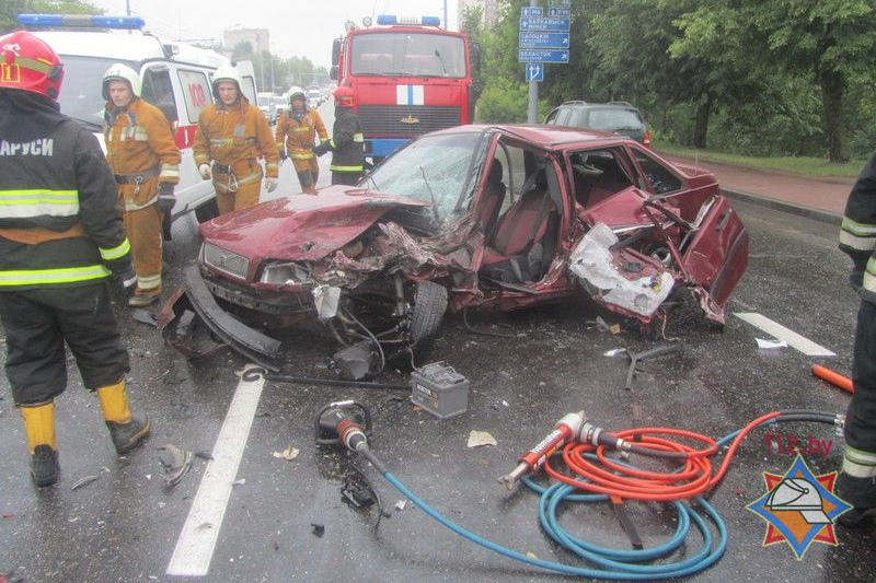 Три авто, в том числе маршрутка, столкнулись в Гродно. Фото: МЧС