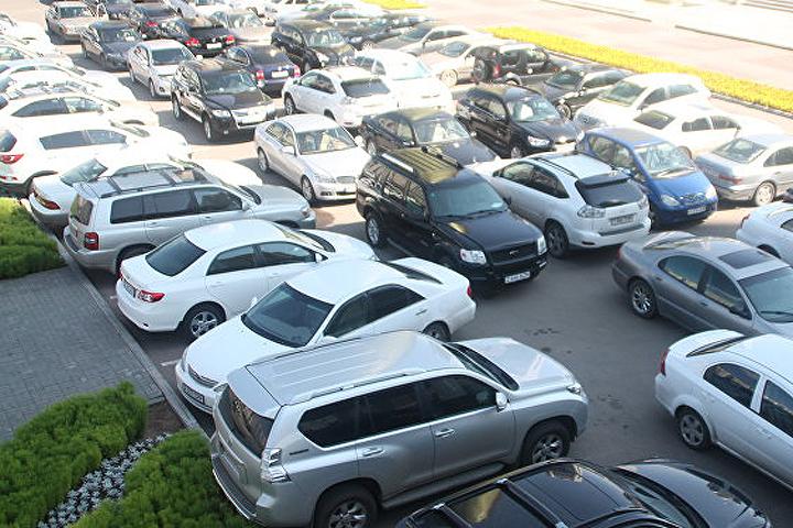 Автовладельцы, живущие во дворе, смогут оформить себе так называемые резидентные карты. Фото сайта .newskaz.kz.