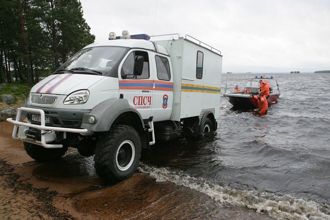 На озере по-прежнему работает МЧС. Фото: Игорь Подгорный/ТАСС