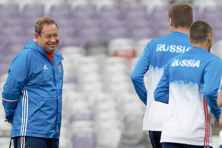 Главный тренер сборной России Леонид Слуцкий проводит тренировку команды.