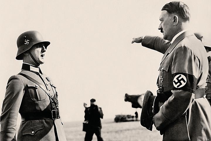 Гитлер в аэропорту Ганновера, 1934 год. Монстр бодр и совсем не похож на развалину, в которую превратился к концу войны с СССР.